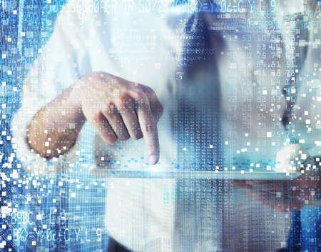vision futuro: Obras del hombre de negocios y diseños con tecnología futurista