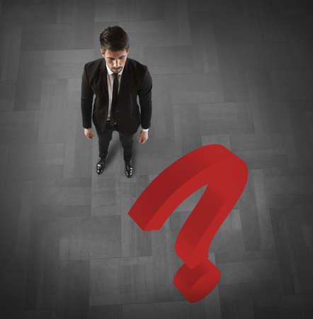 interrogativa: Hombre de negocios con un gran signo de interrogaci�n rojo