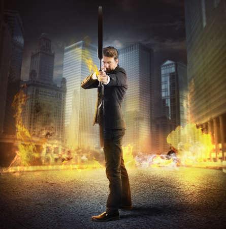 Hombre de negocios con arco y flecha en llamas