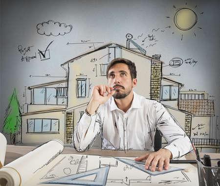 Architect denkt hoe je een huis te ontwerpen Stockfoto