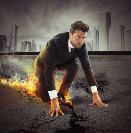 Hombre de negocios resuelto dejando rastros de fuego en el asfalto