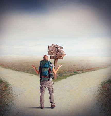 Onzekere explorer is verloren op een kruispunt