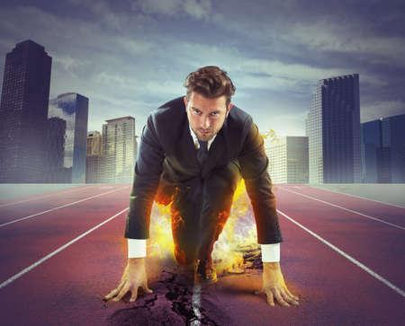 hombre de negocios: Empresario Fiery y decidido listo para competir