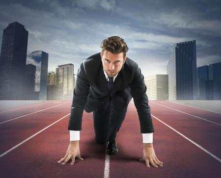 competencia: Hombre de negocios en el comienzo del nuevo reto Foto de archivo