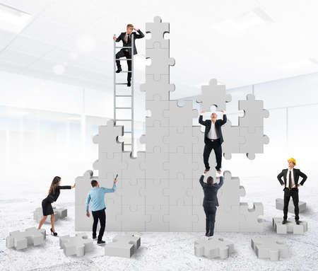 trabajo de equipo: Trabajo en equipo colabora y coopera para la construcci�n Foto de archivo