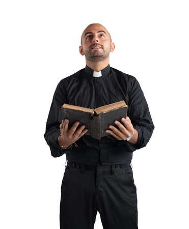 predicador: Sacerdote orando y leyendo la Sagrada Escritura