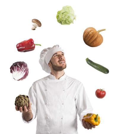 Chef spielt mit dem Gemüse als Jongleur Standard-Bild - 39704194