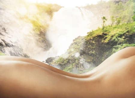 naked woman back: Nackte Frau zur�ck in einer nat�rlichen Umgebung