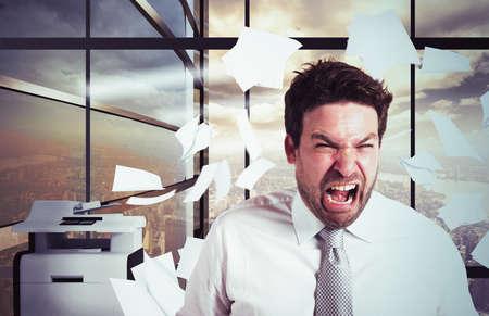empleados trabajando: El hombre de negocios estresado y sobrecargado de trabajo gritando en la oficina Foto de archivo
