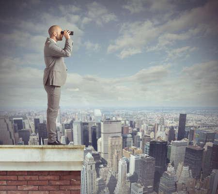 Nieuwsgierig zakenman kijkt verder met zijn verrekijker