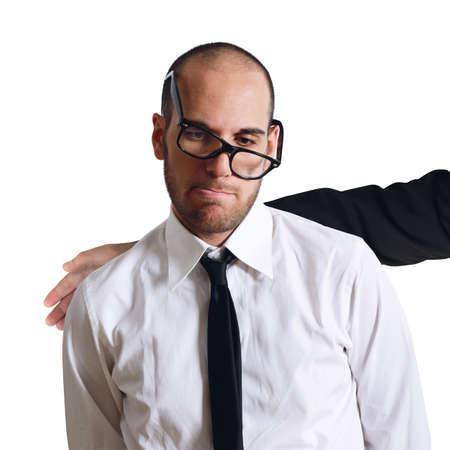 desconfianza: Hombre de negocios triste confortado por un colega amistosa