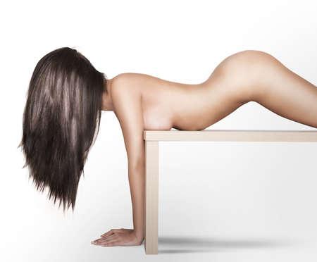 fille nue sexy: Modèle de femme nue posant sur une table Banque d'images