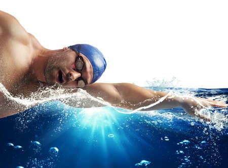 natacion: El nadador nada en el mar bajo el sol