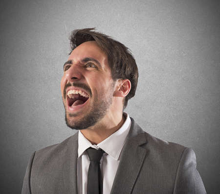 desesperado: Hombre de negocios desesperado estresado de gritos de trabajo Foto de archivo