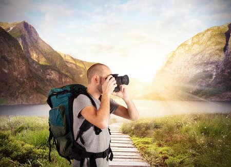 paisaje natural: Explorador toma im�genes en un paisaje natural