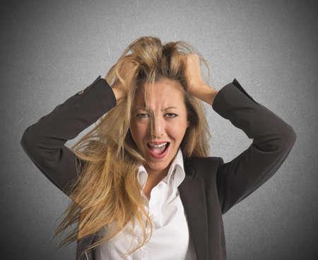 crisis economica: Empresaria tensionada gritando desesperados por la crisis económica