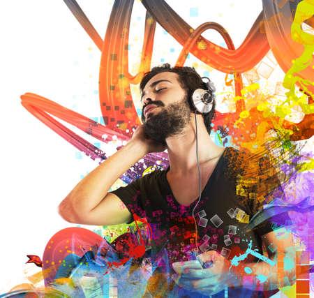 pentagramma musicale: Ragazzo che ascolta la musica con il suo lettore mp3