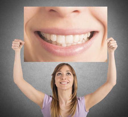 女の子は、ビルボードで彼女の笑顔を示しています。 写真素材