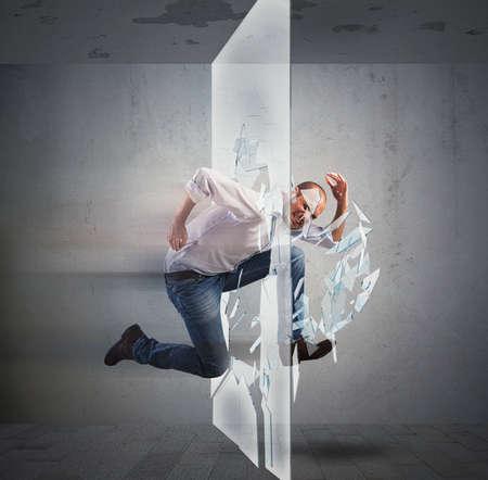 Úspěch: Stanoví podnikatel běží a rozbití skla Reklamní fotografie