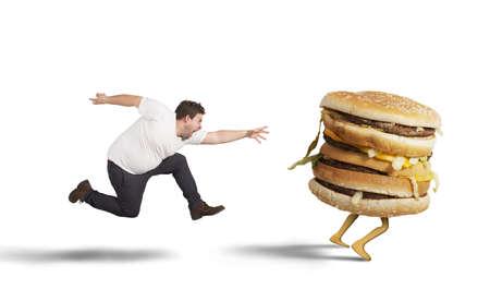 Onverzadigbare dikke man loopt voor de vangst sandwich Stockfoto