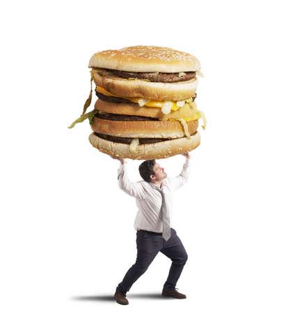 デブ男は、サンドイッチの重量をサポートしています