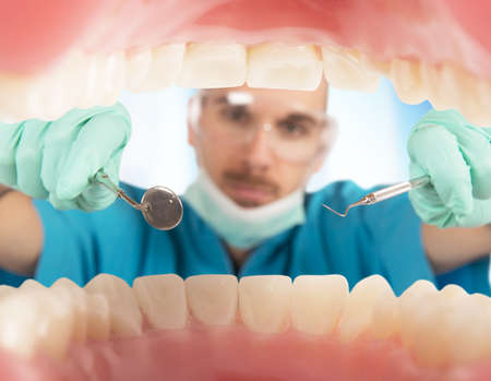dentisterie: Dentiste vérifie les dents d'un patient, Banque d'images