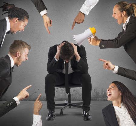 사업가 직장에서 자신의 동료에 의해 비난