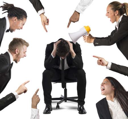 Zakenman beschuldigd door zijn collega's op het werk Stockfoto