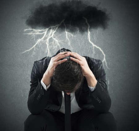 uomo sotto la pioggia: Disperato affari con nuvola sopra la sua testa