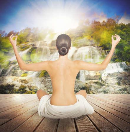 nackt: Nackte Frau macht Yoga-Sitzung auf Anlegestelle