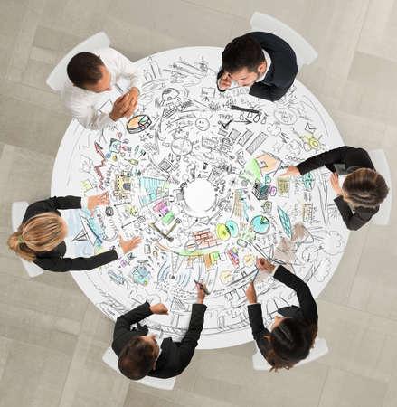 Diseño de grupos trabajo sentados alrededor de una mesa