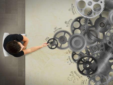 sistemas: Hombre que sostiene un engranaje en un sistema