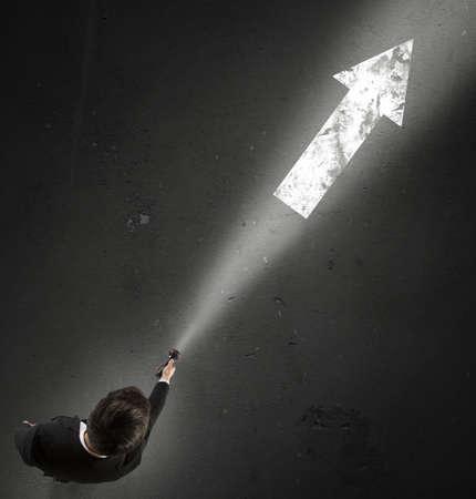 flecha direccion: El hombre enciende la dirección correcta para tomar