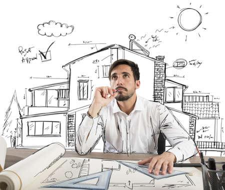 arquitecto: Arquitecto piensa c�mo dise�ar una casa