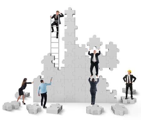 trabajo en equipo: Trabajo en equipo colabora y coopera para la construcción Foto de archivo