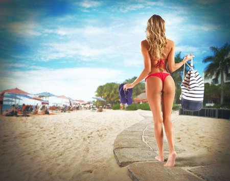 Bikini meisje lopen met zak en string