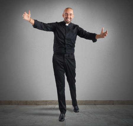sotana: Alegre hombre sacerdote cumple su fiel sonriendo