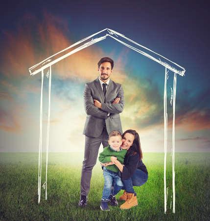 familia unida: Familia unida y feliz en una casa