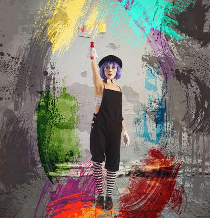 artistas: Pintura creativa artista payaso con el rodillo