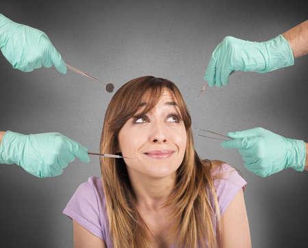 그녀의 치과 의사의 도구에서 겁 먹은 소녀