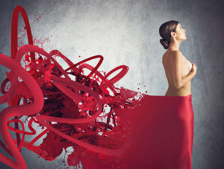 donna nuda: Donna nuda coperta con un velo rosso