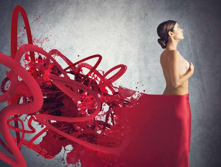 nackt: Nackte Frau mit einem roten Schleier bedeckt