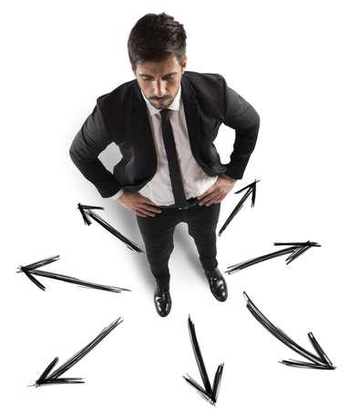 tu puedes: Hombre de negocios con diferentes direcciones que puede tomar
