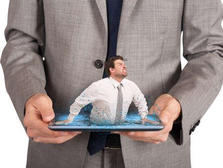 suffocating: Uomo d'affari sollecitato e affaticato intrappolato dalla tecnologia