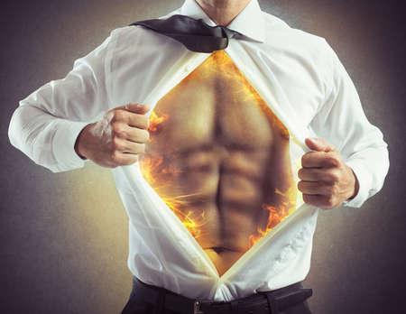 quemadura: El hombre de negocios abre la camisa con abs de fuego