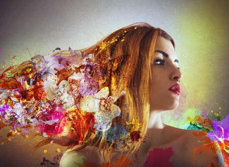 Contourmeisje met bloemen in haar haar