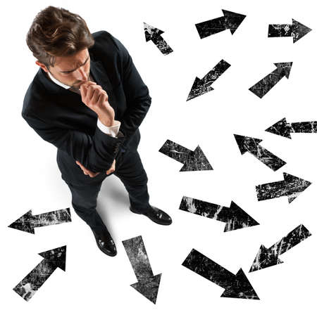 ind�cis: Homme d'affaires ind�cis sur la direction � prendre