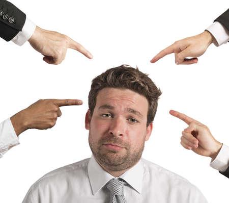 同僚の告発によって動揺の実業家