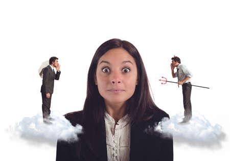 Onbeslist vrouw luistert suggesties slechte en goede Stockfoto - 42261426