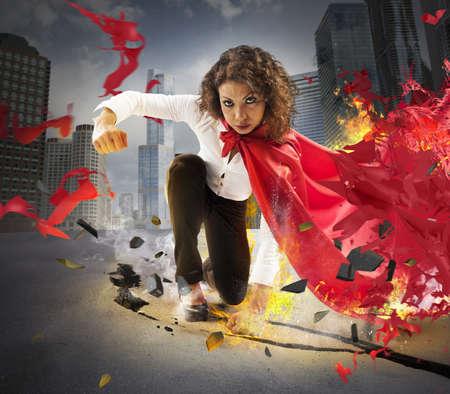 empresarial: Empresaria héroe da un puño en el asfalto